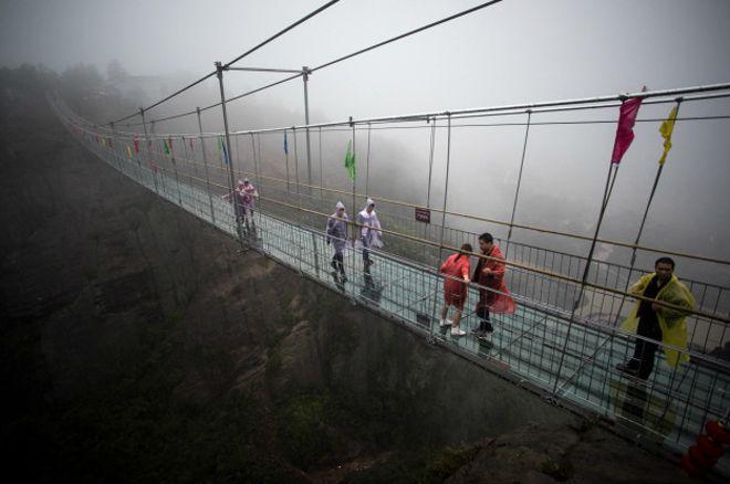 Los impresionantes puentes de vidrio que cuelgan a 1.000 metros entre las montañas de China